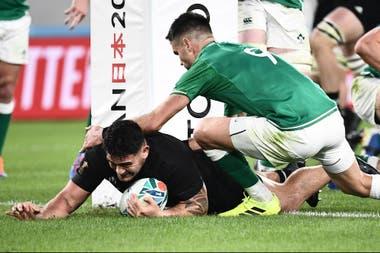 En la gran victoria de Nueva Zelanda, el hooker Codie Taylor quebró la defensa irlandesa