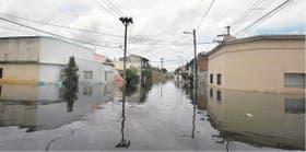 El agua inundó las calles de Concordia, que quedaron desoladas; muchos vecinos no quieren abandonar sus casas por temor a los saqueos