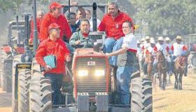 Subido a un tractor, Chávez desafió ayer a la oposición y llamó a los militares a defender la estabilidad de los precios tras la devaluación