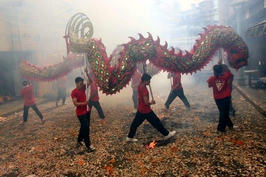 Unos jóvenes interpretan la danza del dragón en el barrio chino de Manila, Filipinas. Foto: EFE