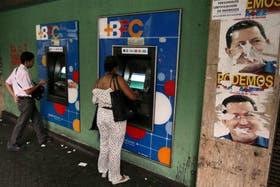 Miles de venezolanos acudieron a los cajeros automáticos para hacerse de bolívares antes de que se devalúen este miércoles