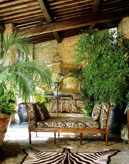 Exuberante, un living con aire libre, exótico y transgresor..