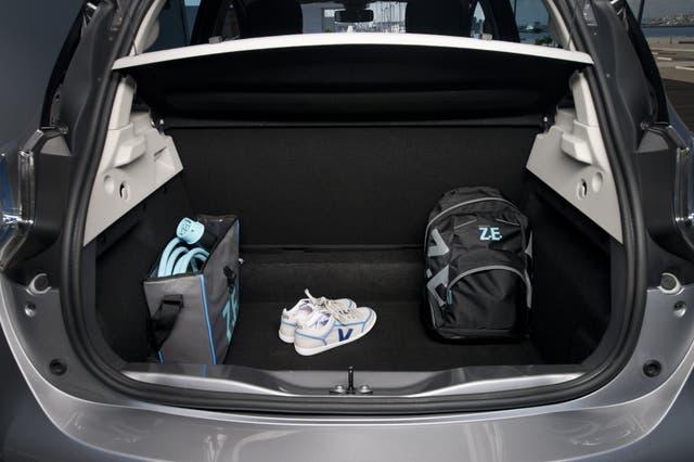 El baúl es más amplio que el de un hatchback gracias al compacto motor eléctrico