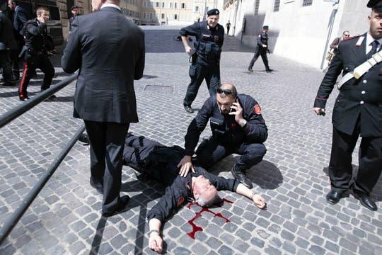 Un hombre abrió fuego a los policías que custodiaban el palacio donde juraba el nuevo premier italiano Enrico Letta. Foto: AP