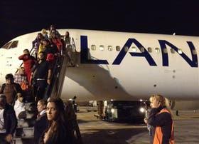 Pasajeros de un vuelo desde Lima la semana pasada, por la escalera