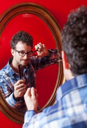 Tras malas experiencias, Alejandro Kauderer (32) retoca él mismo su pelo en su casa