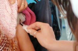 Los niños que viajen a países con brotes de sarampión deben estar vacunados al menos dos semanas antes de salir y a partir de los 6 meses de edad