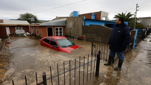 Comodoro Rivadavia, ciudad declarada zona de desastre. Ruben Ojeda observa lo que quedo de su casa en el barrio Juan XXIII. Foto: LA NACION / Ricardo Pristupluk