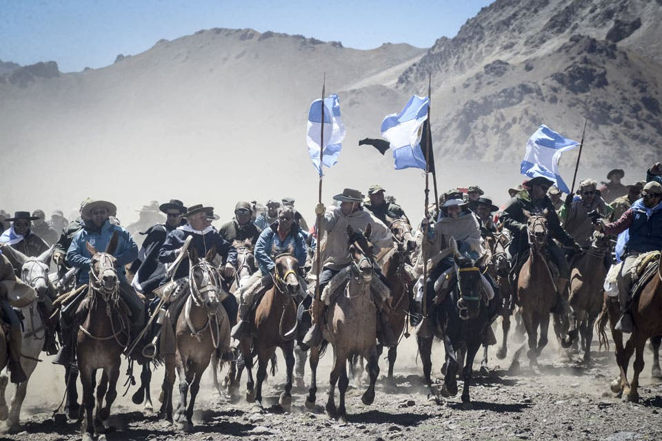 ¿Qué significa cruzar los Andes a caballo en el siglo XXI? Recrear la gesta sanmartiniana 200 años después, como un modo de pensar nuestra historia.
