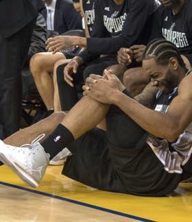Momento crucial: Kawhi Leonard se resiente el tobillo izquierdo en el primer cruce con Golden State