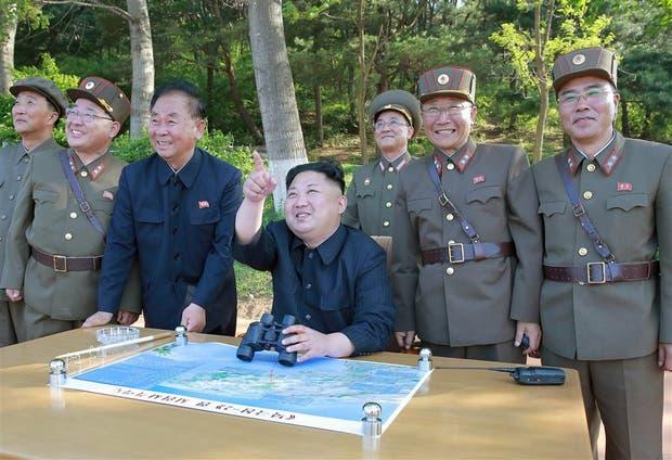 Kim junto con los generales norcoreanos tras una prueba