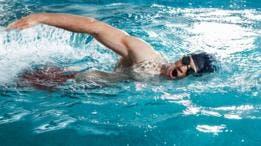 Un estudio reciente de la universidad canadiense de Alberta encontró en todas las piscinas analizadas restos de un edulcorante artificial que solo podía haber llegado allí a través de la orina.