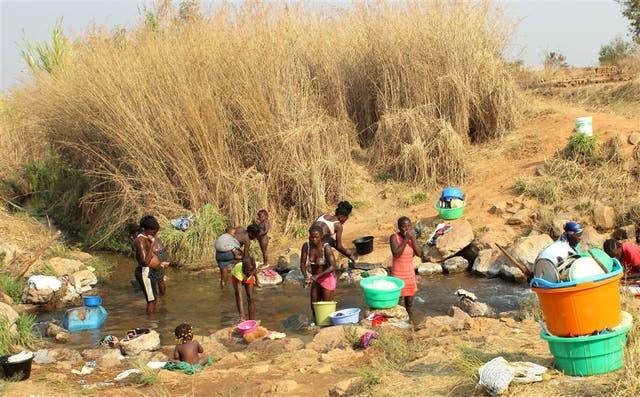 A falta de agua corriente, en una aldea de Angola, el río es el sitio de higiene para los lugareños