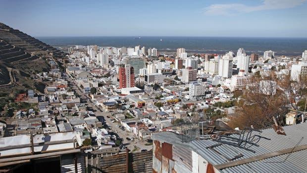 Desde el Chenque. El cerro que es símbolo de la ciudad tiene parte de sus laderas ocupadas por barrios de inmigrantes, muchas veces sin agua corriente, cloacas, gas y transporte