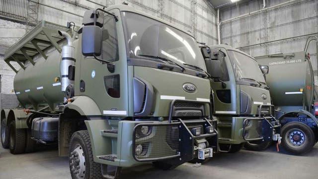 La Fuerza Aérea recibió cuatro camiones Cargo con cisterna y seis Tector con caja volcadora