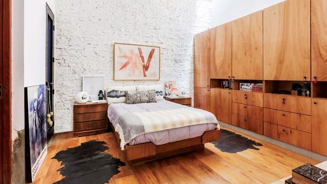 La cama de 1,30 de ancho, las mesas de luz y las lámparas sobre ellas eran de la abuela de Sebastián