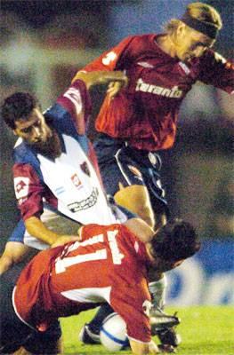 Frutos avanza ante Messera; el atacante, que anotó dos goles, fue uno de los ovacionados de la noche