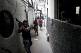 Los vericuetos de una favela de Río de Janeiro, escenario frecuente de la guerra entre narcotraficantes