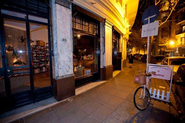 Debajo de una florería, y atravesando una puerta de heladera aparece este bar de estilo portuario. Foto: OHLALÁ! /Matias Aimar