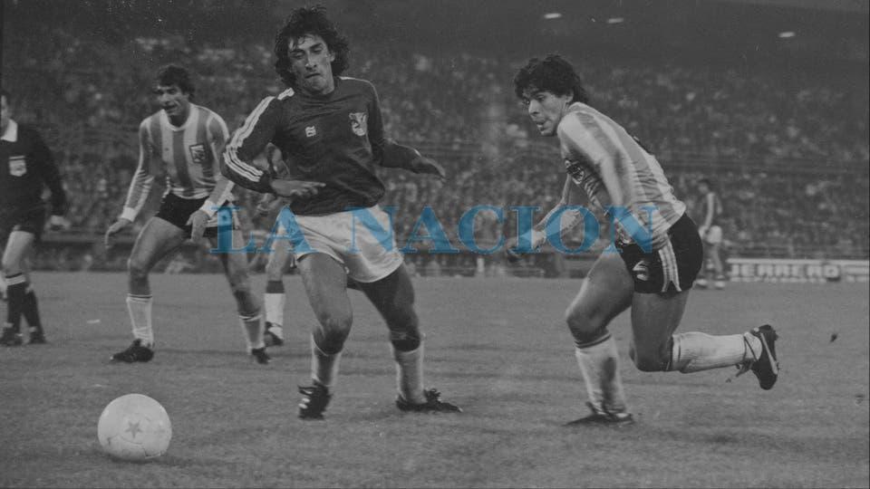 8-8-1979: un partido contra Bolivia en el que jugó con el inusual número 6.. Foto: LA NACION