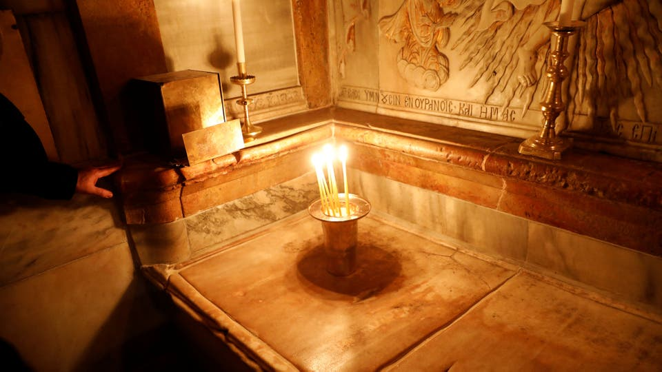 La tumba de Jesús, según la tradición cristiana, dentro del Edículo de la Iglesia del Santo Sepulcro, en Jerusalén. Foto: Reuters / Ronen Zvulun