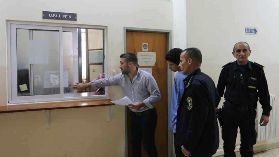 Policías en la fiscalía de La Plata