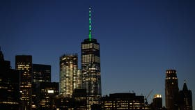 El One World Trade Center iluminado de verde en apoyo al Acuerdo de París