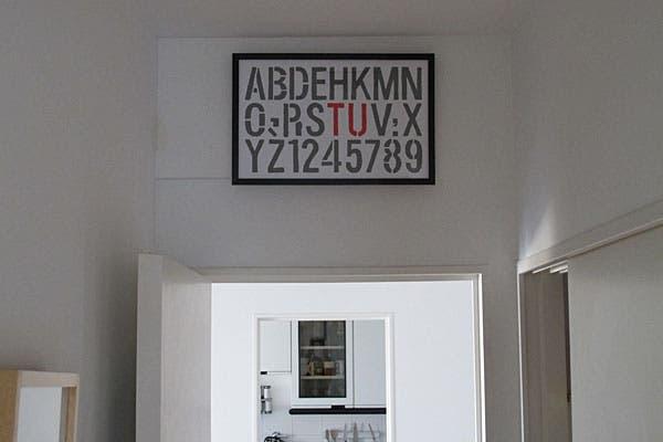 El cuadrito con letras lo hizo para tapar un agujero que había en la pared, utilizó un stencil que se consigue en cualquier libreria.