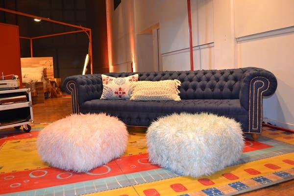 Un imponente sillón capitoné en azul se roba todas las miradas en el espacio de Diamante Sillones. A sus pies, dos pufs peluditos suman diseño. Foto: Soledad Avaca Cuenca