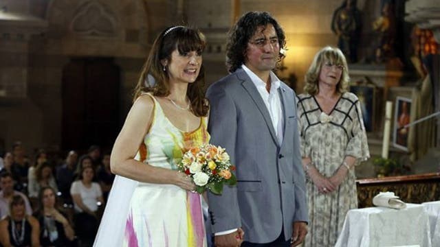 Mujer va a un matrimonio y descubre que la novia es ella