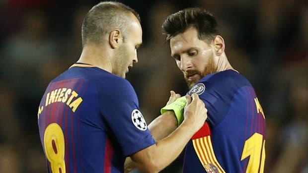 De capitán a capitán: Iniesta le cede la cinta a Messi