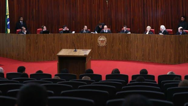 Los jueces del tribunal electoral deliberando en Brasilia