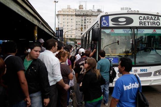 El paro de subtes generó grandes colas para tomar un colectivo. Foto: LA NACION / Aníbal Greco