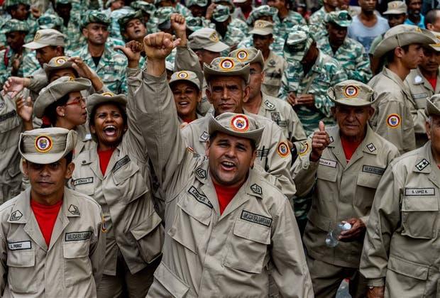 Miembros de las milicias bolivarianas, ayer, frente al palacio presidencial