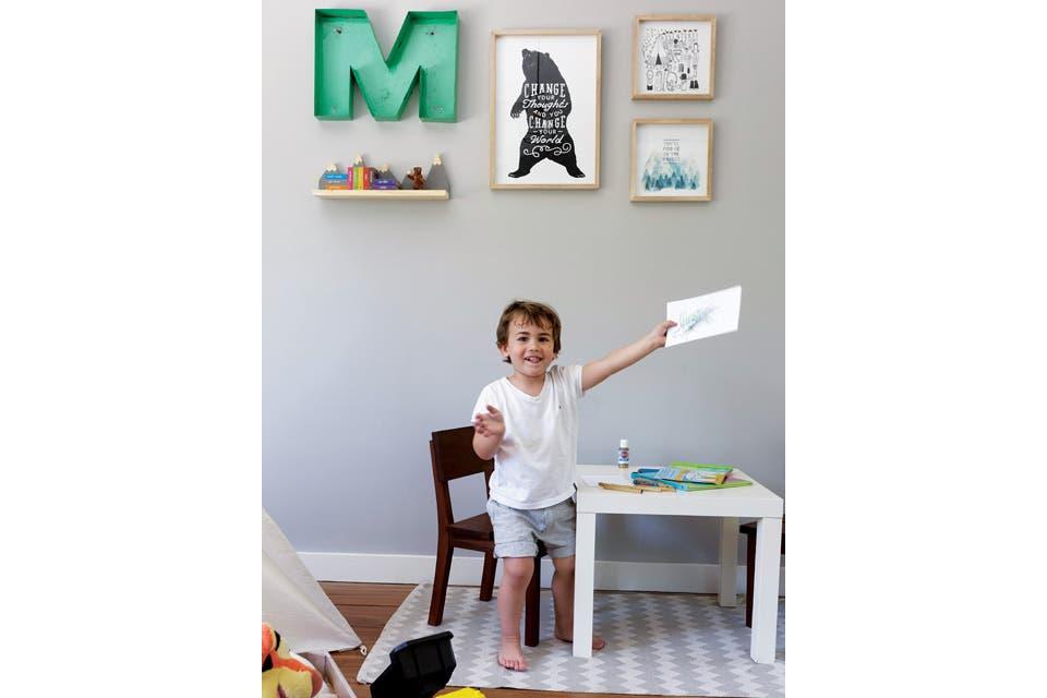 En la pared, cuadros varios y estante 'Montaña' (todo de Lodd).  Foto:Living /Daniel Karp