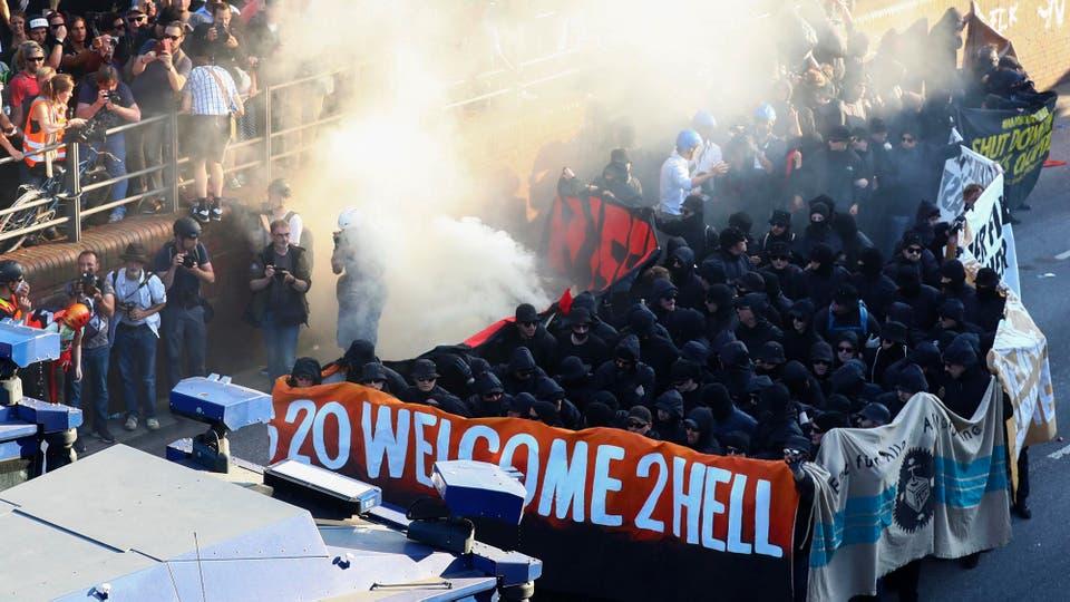 La policía desaloja una protesta contra el G-20 en Hamburgo. Foto: Reuters / Pawel Kopczynski