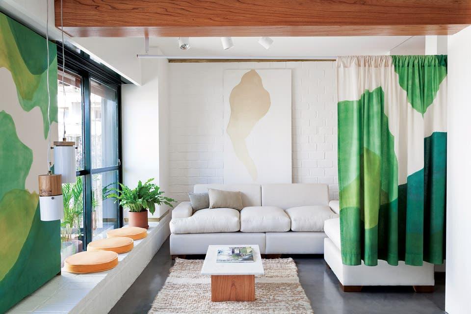 Paneles y cortinas de liencillo incorporan el paisaje con distintos verdes que van virando sutilmente hacia el azul y el cobalto para interactuar con los detalles en bronce .  Foto:Living /Magalí Saberian