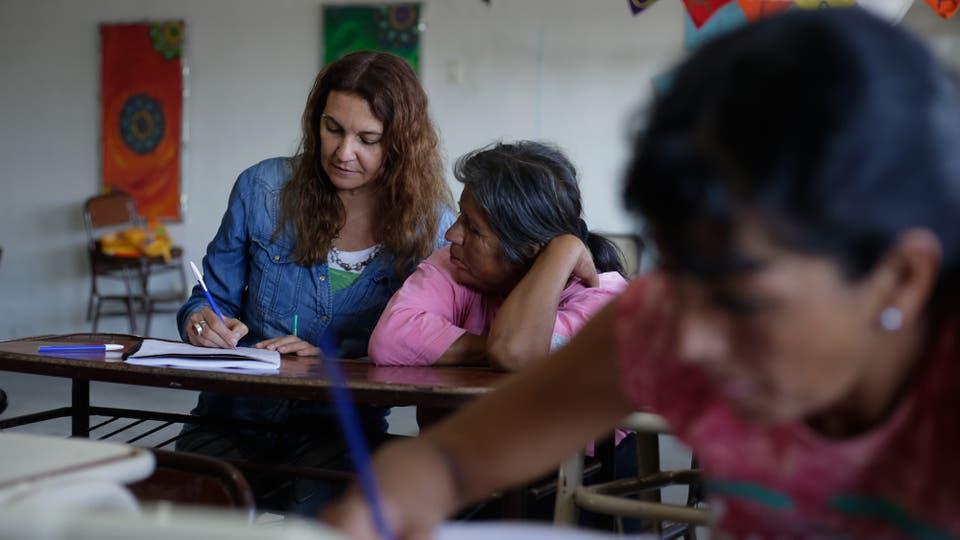 Mónica Lungo trabaja con Estela un de sus alumnas. Foto: LA NACION / Diego Lima