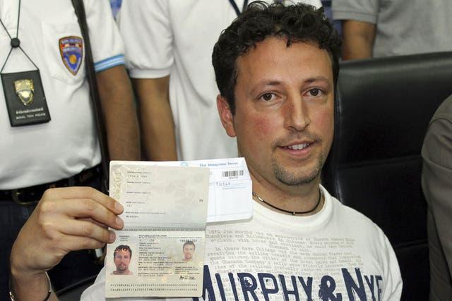 Luigi Maraldi muestra su Nuevo pasaporte para confirmar que él no estaba en el avión