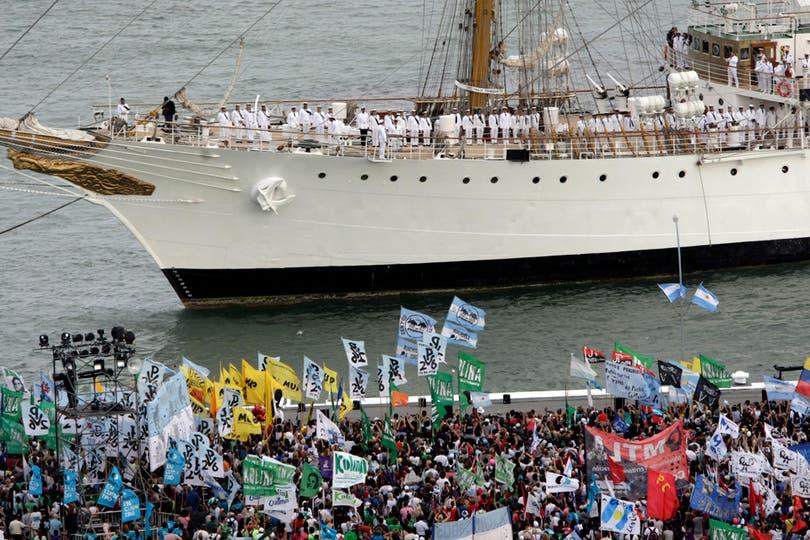 Todos los marineros en cubierta preparados para la fiesta. Foto: LA NACION / Mauro V. Rizzi
