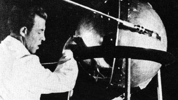 Un técnico soviético con el Sputnik 1