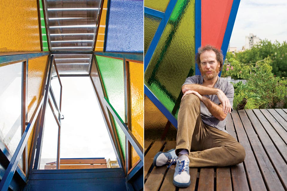 """""""Coloqué el deck y las maderas que están sobre los vidrios. Fui ayudante de albañil y pinté cada rincón de la casa. Aprendí mucho: era la primera vez que hacía algo así"""", dice Jorge.  /Santiago Ciuffo"""
