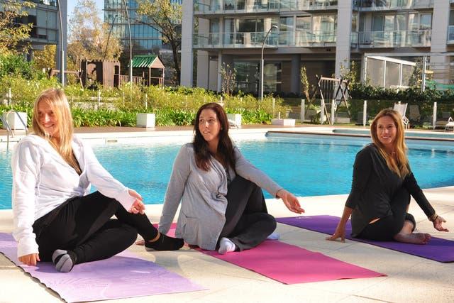 Verónica Elisalde participa de las clases de yoga en el complejo de Vicente López, junto con sus vecinas Lorena y Vanina