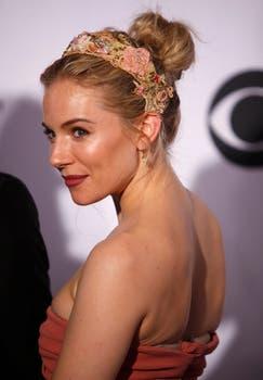 En Los Tony, Sienna Miller lució un vestido rosa de Burberry. Foto: Reuters