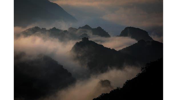 Niebla matutina cubre la sección Jiankou de la Gran Muralla