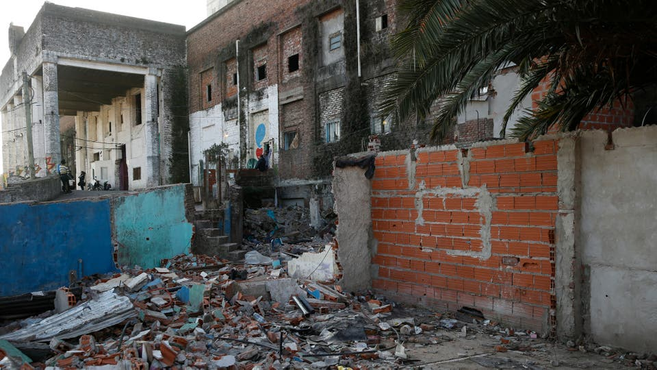 Escombros y basura rodean todo el edificio. Foto: LA NACION / Fabián Marelli