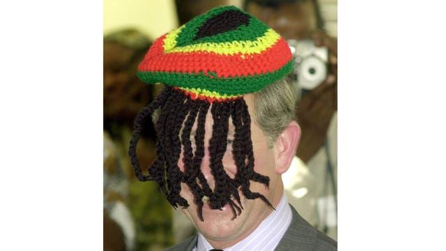 Durante su visita a Jamaica, bromea con los periodistas usando una boina con rastas