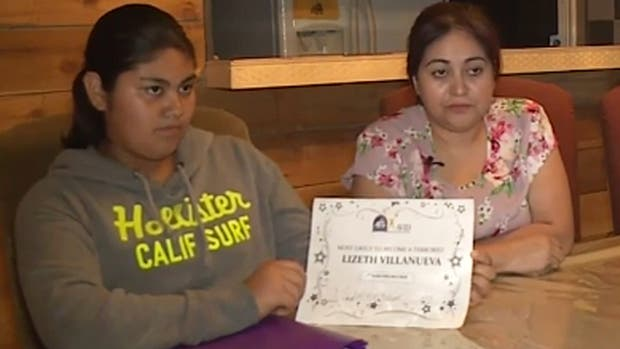 Lizeth mostró el diploma que recibió junto a su madre en la televisión estadounidense