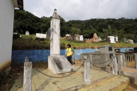 Rosángela Santos, hija de Garrincha, en el lugar del cementerio donde deberían estar los restos de su padre