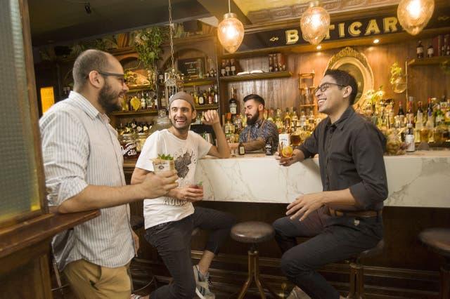 En la barra de Boticario, Diego Gerez disfruta de un cocktail en este entorno vintage